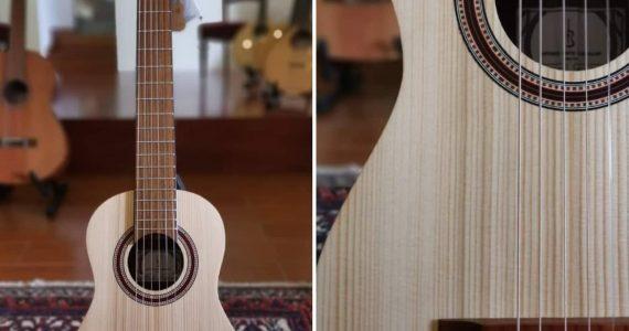 𝐆𝐮𝐢𝐭𝐚𝐫𝐫𝐚 𝐝𝐞 𝐕𝐢𝐚𝐠𝐞𝐦 é uma evolução da guitarra; em versão clássica, com cordas de 𝐧𝐲𝐥𝐨𝐧 ou acústica, com cordas de 𝐚ç𝐨, mantém a afinação convencional em MI, apesar da caixa pequena. A 𝐩𝐨𝐫𝐭𝐚𝐛𝐢𝐥𝐢𝐝𝐚𝐝𝐞 e volume de som bastante interessante, apesar das dimensões mais reduzidas da caixa, tornam este tipo de instrumento particularmente sedutor, sobretudo para aqueles que gostam de se fazer acompanhar sempre pela sua guitarra. Revela-se também muito ergonómica para crianças e para quem o tamanho 4/4 é desconfortável. Na fotografia, Guitarra de Viagem modelo TR200PSY NY da APC Instrumentos Musicais Dimensões da caixa: 35cmx25cmx7cm Comprimento de corda vibrante: 57,5cm Tampo em 𝐩𝐢𝐧𝐡𝐨 𝐬ó𝐥𝐢𝐝𝐨, costas e ilhargas em 𝐩𝐚𝐮 𝐬𝐚𝐧𝐭𝐨 Disponível na Casa da Guitarra + info: geral@casadaguitarra.pt | 222010033| www.casadaguitarra.pt