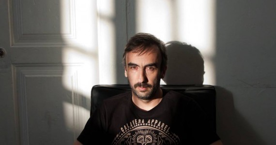 """Pedro Cardoso (Peixe) nasceu em 1974 na cidade do Porto em Portugal. Foi membro da banda Ornatos Violeta e após a separação do grupo, fundou a banda de rock Pluto e a banda jazz DEP. Depois disso editou o álbum """"Joyce Alive"""" com a banda Zelig e criou a OGBE - Orquestra de Guitarras e Baixos Eléctricos. Ultimamente tem também participado e escrito bandas sonoras para peças de teatro e filmes. No ano de 2012 editou o seu primeiro álbum a solo intitulado """"Apneia"""", que agora apresenta em concerto. Casa da Guitarra Porto"""
