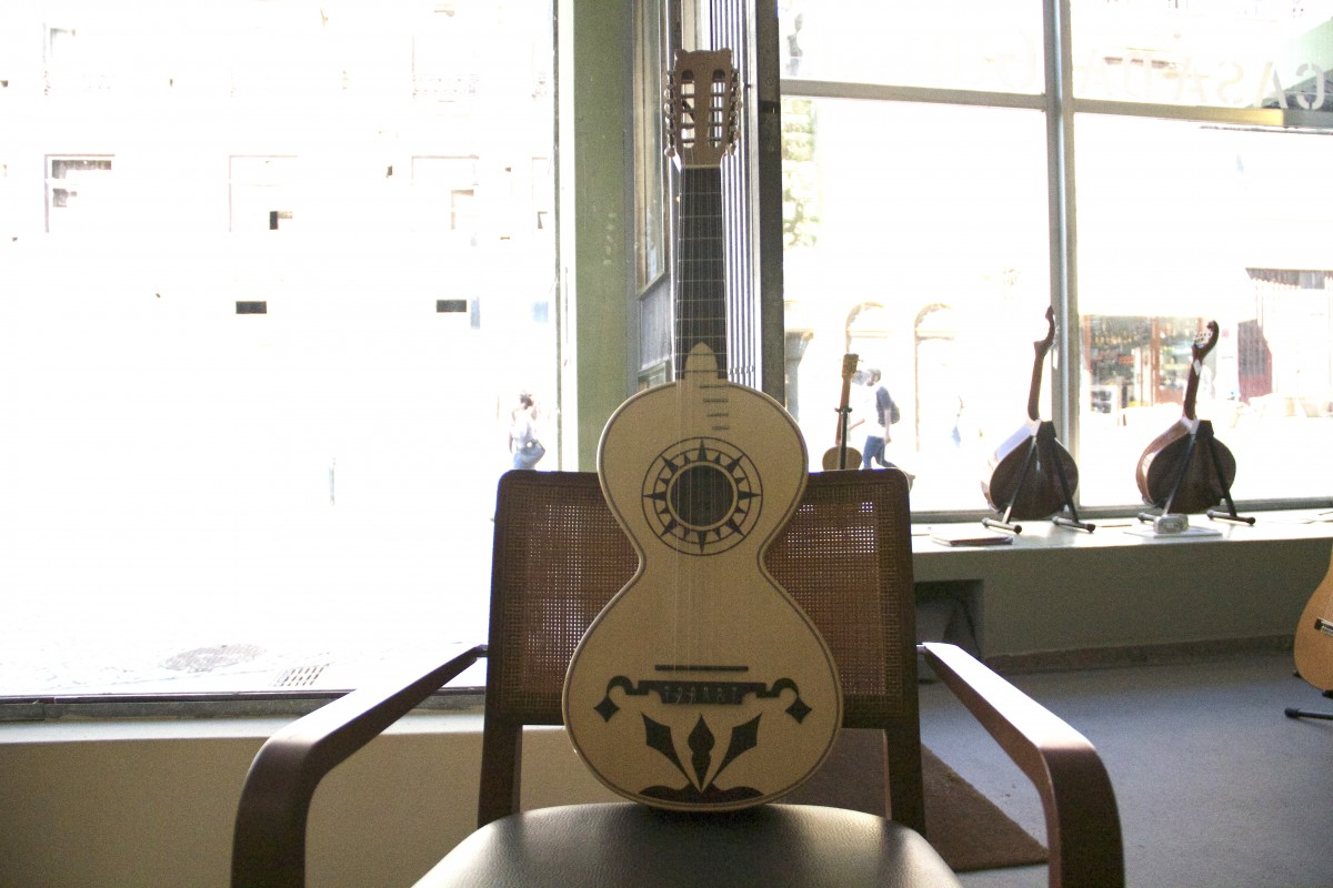 """Também designada por Viola Alentejana, a Viola Campaniça era o instrumento musical usado para acompanhar os célebres cantares à desgarrada, ou """" cantes a despique"""", nas festas e feiras do Alentejo. É a maior das violas portuguesas e possui 5 ordens de cordas, tocada de dedilhado apenas com o polegar, sendo que as cordas mais graves são geralmente tocadas soltas. Adaptada à exposição da melodia das modas e cantigas alentejanas pode possuir dois tipos de afinação: Sol Mi Dó Fá Dó, do agudo para o grave, e Mi Dó# Lá Ré Lá. Como particularidade, apesar de ser um instrumento de dez cordas, pode possuir doze afinadores o que indicia que o instrumento, que se crê que tenha evoluido a partir da """"Vihuela de Mano"""" medieval , foi outrora dotado de uma sexta ordem de cordas duplas, mas que estas terão caído em desuso"""