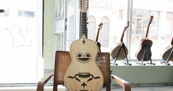 """A existência da Viola Braguesa, também designada de viola de Braga, surge documentada desde o séc.XVII e é o instrumento mais popular do Noroeste Português entre o Douro e Minho. Toca‐se a solo ou no acompanhamento do canto em """"Rusgas"""", """"Chulas"""" e """"Desafios"""". Como todas as Violas Portuguesas, a Braguesa pertence a um género musical exclusivamente lúdico e festivo e integra o mesmo tipo fundamental comum a todos os cordofones da família das""""guitarras"""" espanholas e europeias, a que pertence. Actualmente, esta Viola têm a abertura central em """"boca de raia"""", mas os modelos erepresentações antigas mostram exclusivamente bocas redondas ou ovais. A Viola Braguesa tem 10cordas, armadas em cinco ordens duplas e possui essencialmente dois tipos de afinação: Lá Mi Si Lá Ré,do agudo para o grave, e a """"Mouraria Velha"""" Sol Ré Lá Sol Dó. Saber mais Categoria: Violas Tradicionais Portuguesas"""
