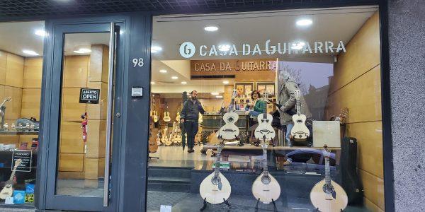 A Casa da Guitarra continua a trabalhar, mas online. Faça as suas encomendas através dos números 938278213 e 964101291, pelo Facebook ou Instagram. Os portes são oferecidos para o continente e ilhas. Até breve!