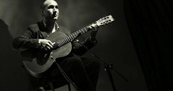 ANDRÉ TEIXEIRA- Viola de Fado Natural da cidade do Porto (1976), inicia muito jovem o seu percurso enquanto violista fortemente influenciado pelos sons do fado. Aos treze anos recebe os ensinamentos mais básicos da viola transmitidos pelo seu pai, Rolando Teixeira, e mais tarde por Mário Lopes, sendo que todo o seu percurso se demarca pelo facto de ser um autodidata. Desde cedo, juntamente com o seu pai, guitarrista, acompanhou muitos dos artistas da sua cidade nos mais variados eventos em que o fado estava presente. Na década de 90 passou por casas de fado como Casa da Mariquinhas, Pátio da Mariquinhas, Restaurante Típico o Fado, Mal Cozinhado e Taberna de S. Jorge, na companhia de Samuel Paixão, Álvaro Martins, Eduardo Jorge e Samuel Cabral, entre outros. Ao longo da sua vida académica, manteve presença assídua nos mais variados eventos de fado da sua cidade bem como no resto do país e estrangeiro, nomeadamente Alemanha, França, Espanha, Índia, Rússia e Roménia. Tem realizado espetáculos com Lenita Gentil, António Rocha, Beatriz da Conceição, Ricardo Ribeiro, Miguel Capucho, Rodrigo Costa Félix, Maria Ana Bobone, Maria Amélia Proença, Anita Guerreiro, Maria da Fé, Lina Rodrigues e Cuca Roseta, ao lado de grandes nomes da guitarra portuguesa como José Fontes Rocha, Ricardo Rocha, Samuel Cabral, Ângelo Freire, Pedro Amendoeira, Mário Pacheco, Guilherme Banza e Ricardo Parreira, entre outros. Apresenta espetáculos de fado por todo o país.