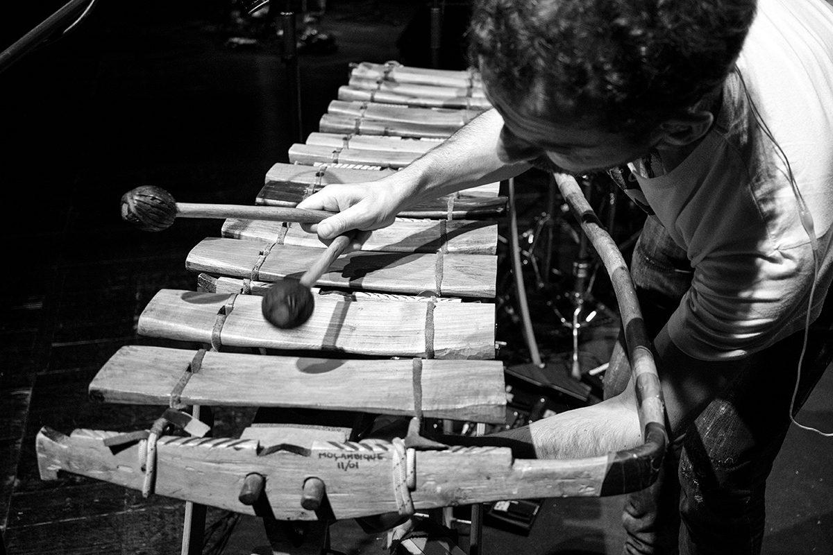 A oficina propõe um contacto estreito entre a rítmica e a voz, através da utilização de material reciclável, do manuseamento de percussões tradicionais ou somente do corpo. O objectivo é a aprendizagem de lengalengas criadas para o efeito, ou adaptadas de trava-línguas tradicionais, e a sua interacção com o movimento rítmico. Valor 20 € Número mínimo de participantes 15 Número máximo de participantes 25 inscrições em Casa da Guitarra, geral@casadaguitarra.pt ou 222010033