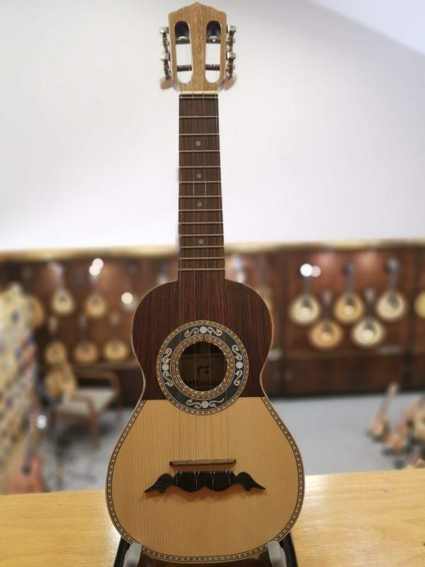 Cavaquinho Artimusica Tampo – spruce/pau santo; fundo e ilharga – nogueira seleccionada; braço – choupo; escala – pau santo modelo CV14C (10190)