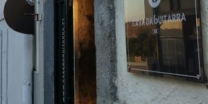 Na sequência das medidas decretadas pelo Governo Português, a Casa da Guitarra fecha as suas portas durante o período de confinamento. Manter-nos-emos a trabalhar e, enquanto não puder deslocar-se a até nós, nós vamos até si. Através do e-mail geral@casadaguitarra.pt ou do número 222 010 033, poderá fazer as suas 𝐞𝐧𝐜𝐨𝐦𝐞𝐧𝐝𝐚𝐬. Aproveite para espreitar a nossa 𝐥𝐨𝐣𝐚 𝐨𝐧𝐥𝐢𝐧𝐞 https://casadaguitarra.pt/loja/, ainda em construção, e consultar o nosso catálogo. Que a Música lhe faça boa companhia!