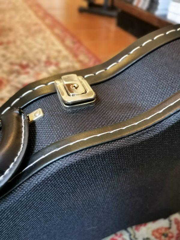 Estojo rígido para ukulele barítono Ortolá 4930 detalhe
