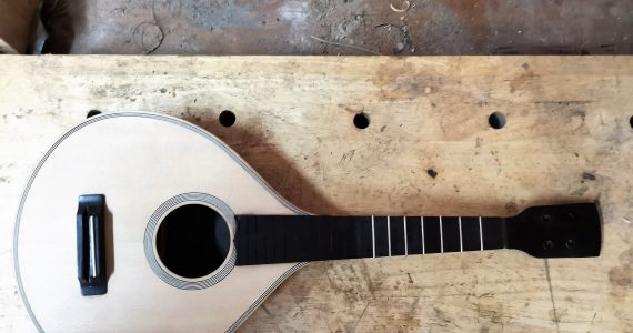 Instrumento em construção na oficina de Alfredo Teixeira Guitarrinho, bandurrinho ou bandolim? Tampo em spruce, ilhargas e fundo em pau preto, braço em mogno, escala em pau preto.
