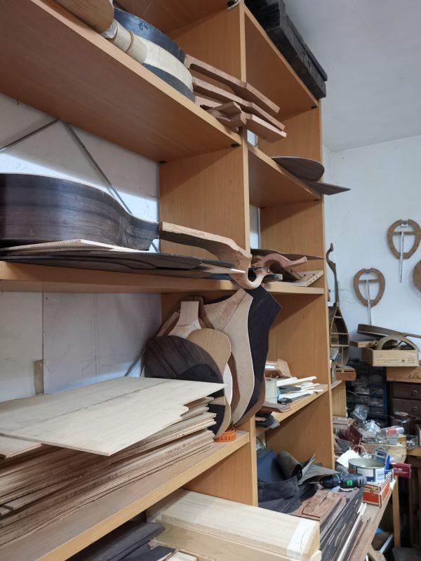 oficina da Casa da Guitarra são construídos instrumentos, efectuadas reparações e optimizados os instrumentos que são vendidos na Casa da Guitarra. Responsável e construtor : Alfredo Teixeira